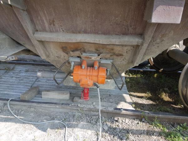 Вибровстряхиватель на люк вагона УВР-ХЛ-01.15